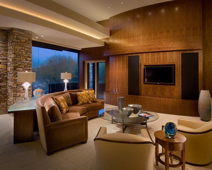 canapé-arrondi-deux-fauteuils-beiges-décoration-rustique-salle-de-séjour