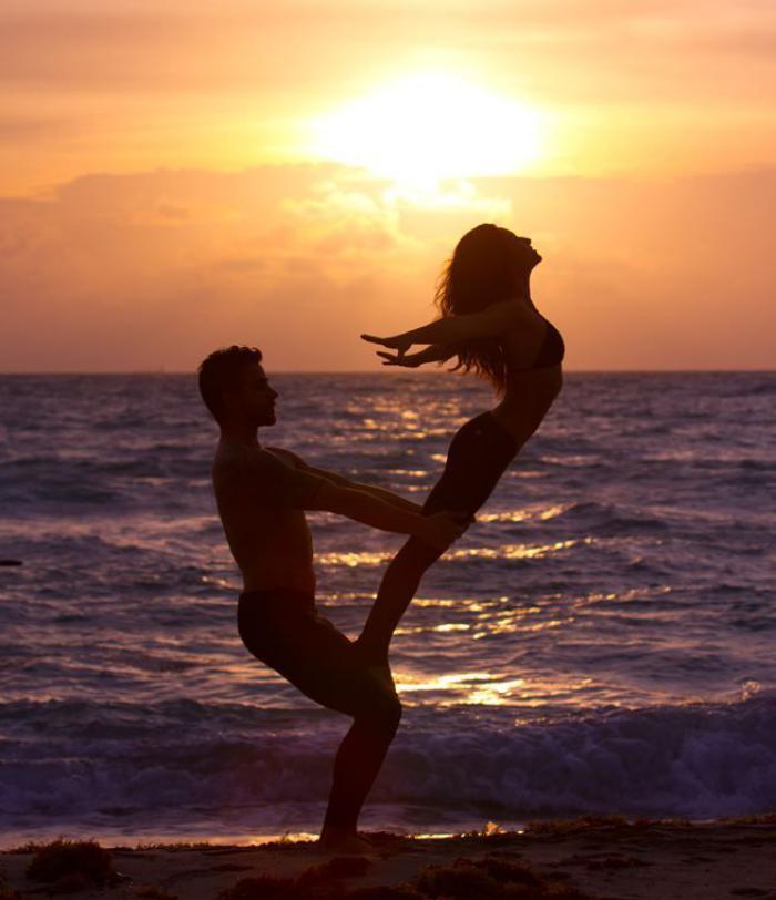 acro-yoga-pratique-au-bord-de-la-mer