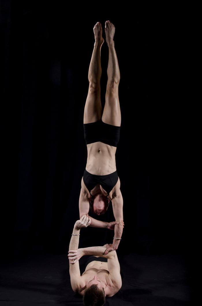 acro-yoga-jolie-pose-acrobatique-du-yoga
