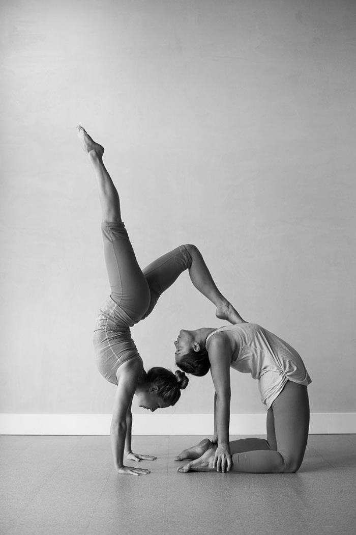 acro-yoga-la-beauté-du-yoga-en-couple