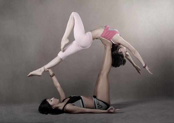 acro-yoga-position-esthétique-le-yoga-qui-ressemble-à-une-danse