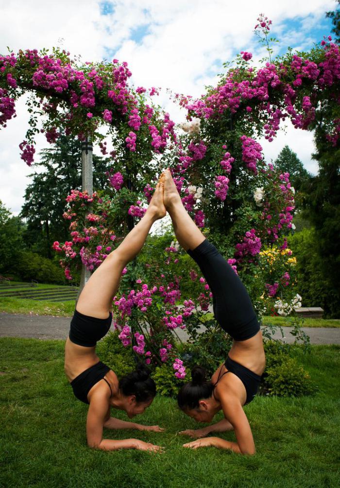 acro-yoga-posture-en-forme-de-coeur-montrée-par-deux-filles