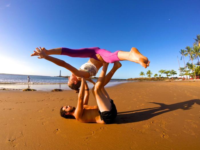 acro-yoga-jolie-pose-de-yoga-acrobatique-exercée-sur-la-plage