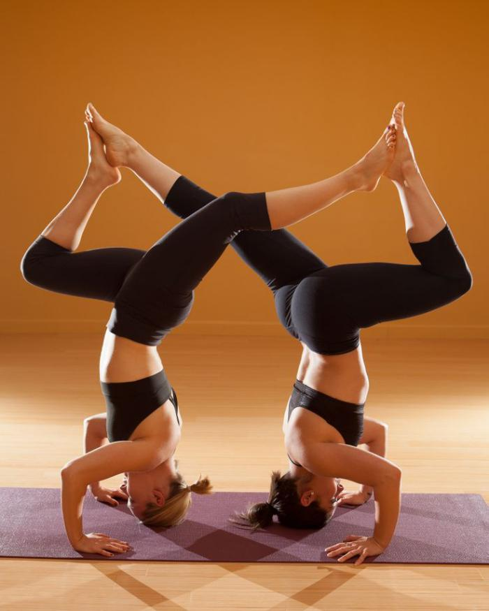 acro-yoga-posture-yogique-difficile-exercée-par-deux-filles