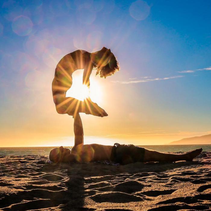 acro-yoga-sur-la-plage-un-moment-de-force-et-de-concentration