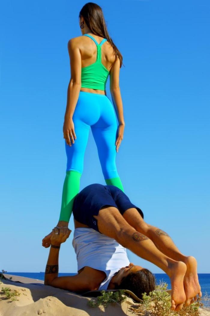acro-yoga-yoga-acrobatique-pratiquée-en-couple