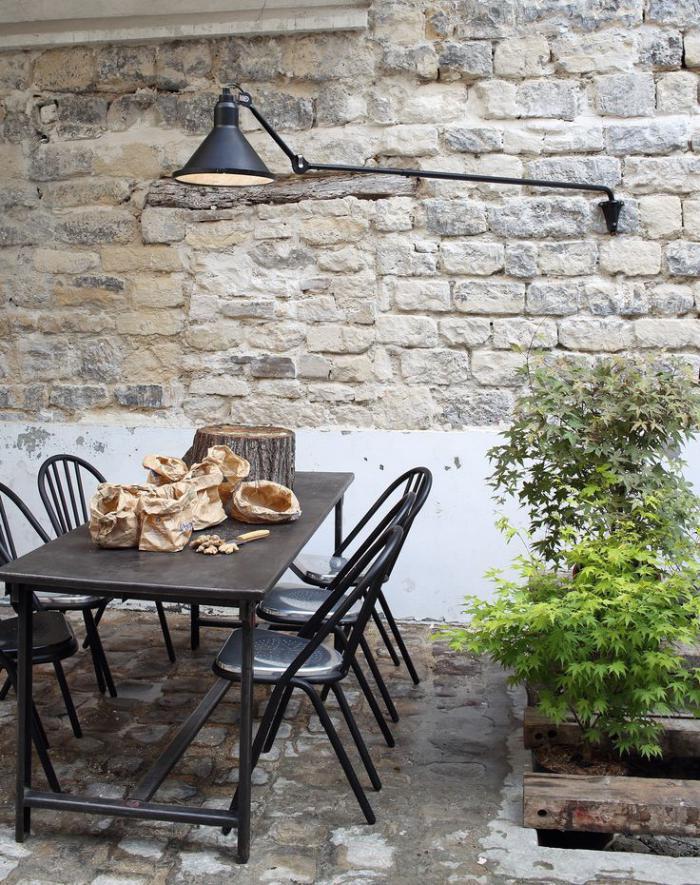 appliques-extérieures-belle-lampe-industrielle-fixée-au-mur