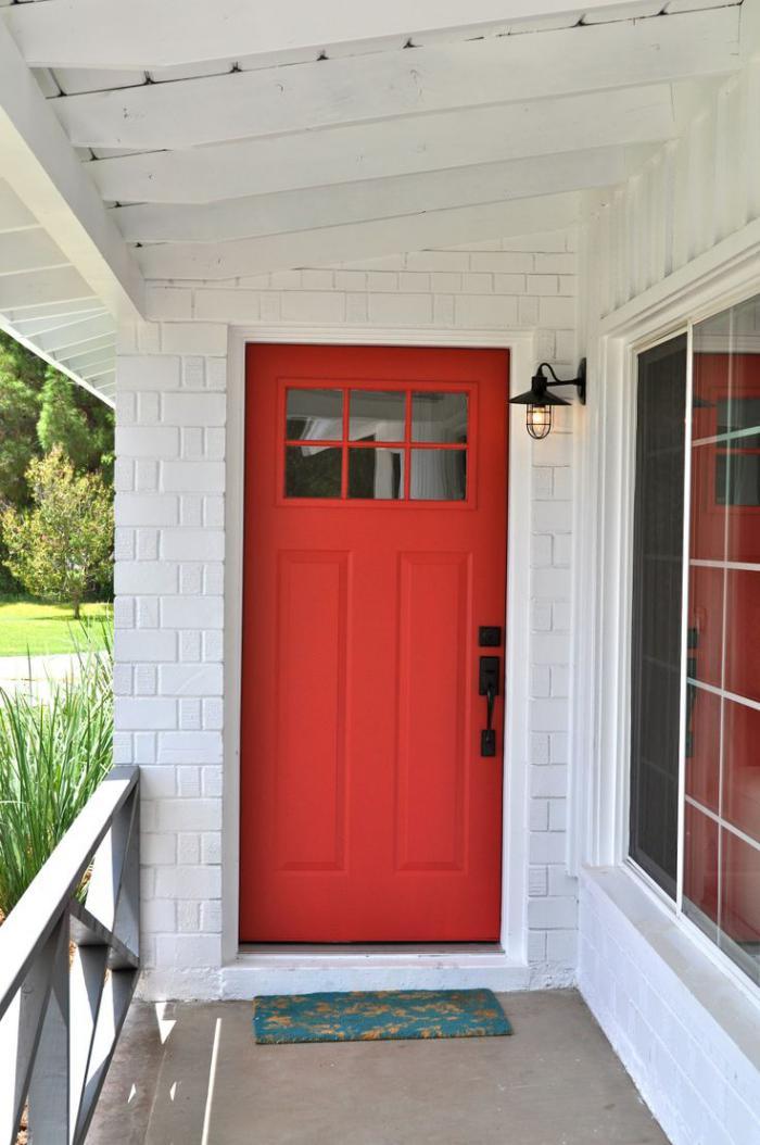appliques-extérieures-murs-blancs-et-porte-rouge