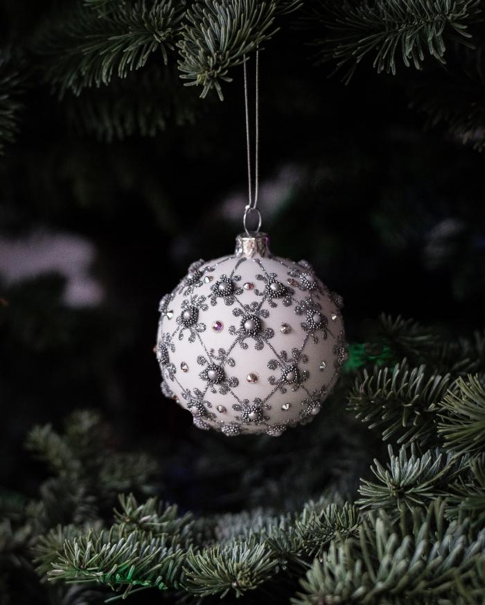 idée deco boule de noel facile à réaliser avec perles et peinture glitter argentée, modèle d'ornement de Noël fait main
