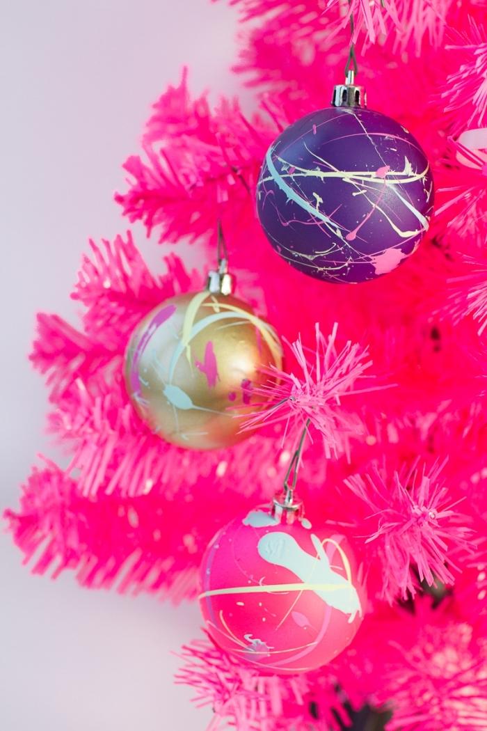 decoration noel a faire soi meme, exemple comment personnaliser une boule de Noël avec vernis à ongle de couleurs variées