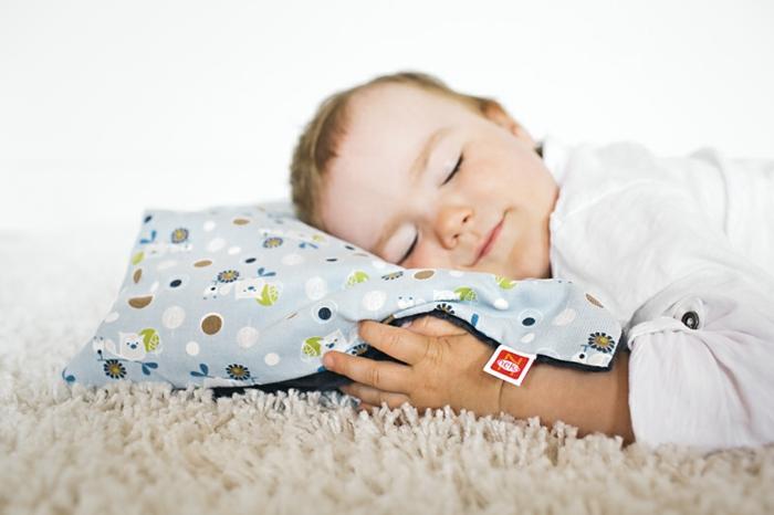 oreiller-enfant-bébé-dort-belle-idée-lit-oreiller-enfant-déco-chambre-bébé