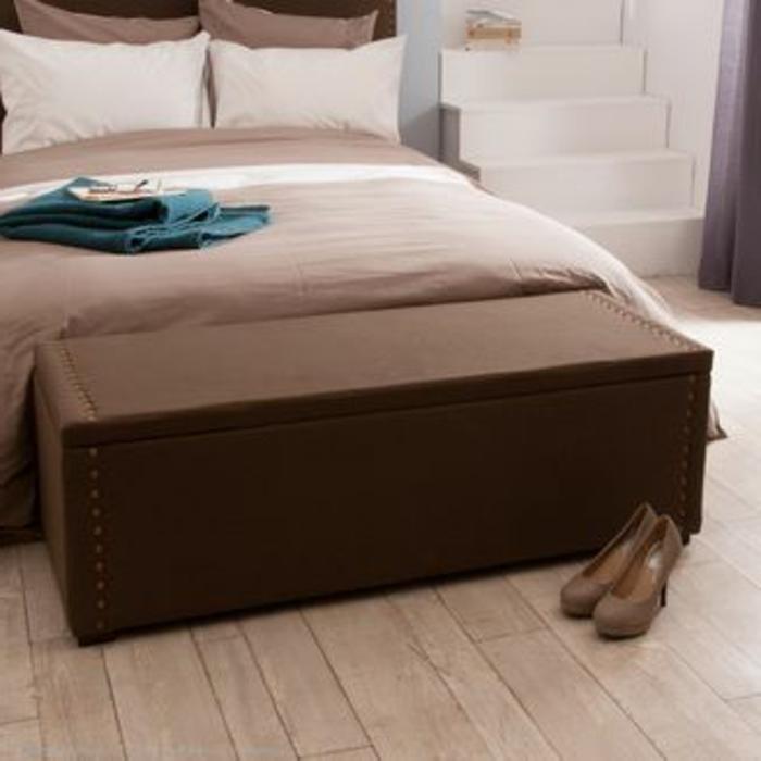 banquette-bout-de-lit-bout-lit-ikea-en-bois-foncé-et-parquet-clair-couverture-de-lit-beige