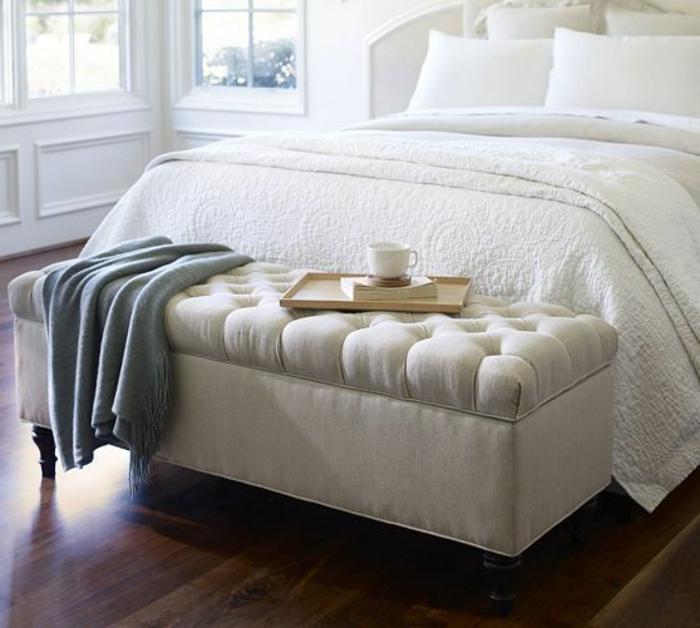 banquette-de-lit-ikea-de-couleur-blanc-parquet-en-bois-foncé-bout-lit-ikea-blanc-lit-avec-couverture-blanche