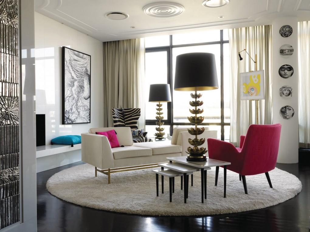 beau-salle-de-sejour-lux-tapis-shaggy-ronde-canape-blanc-et-rose