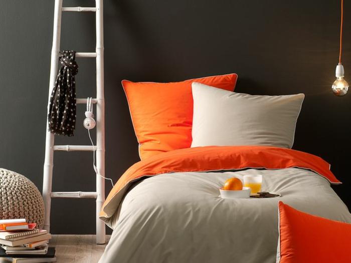 belle-chambre-à-coucher-amenagement-lit-ligne-beau-orange-et-gris-bicouleur