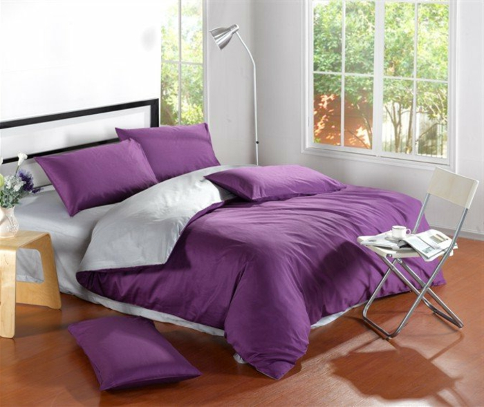 belle-chambre-à-coucher-amenagement-lit-ligne-cool-en-violet-et-gris