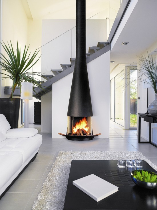 belle-idee-pour-la-salle-de-sejour-luxueuse-en-blanc-canape-fauteuils-tapis-shaggy-blanc-cheminee