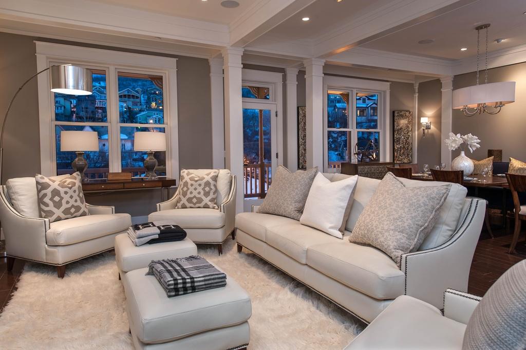 belle-idee-pour-le-salon-de-lux-en-blanc-canape-fauteuils-tapis-shaggy-blanc