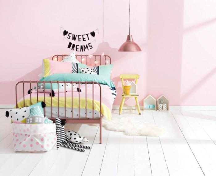 bijoux-lustre-rose-doré-cool-idées-chambre-rose-enfant-les-taies-oreiller-pour-enfant