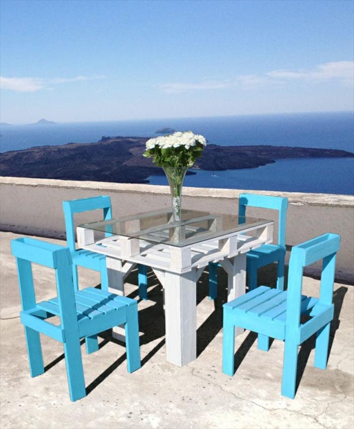 bleu-chaises-terasse-table-basse-en-palette-belle-idée-diy-table-en-palettes-belle-vue-de-la-mer