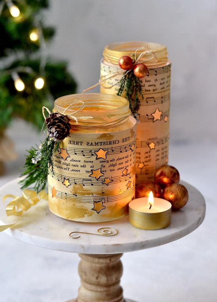 deco de noel a faire soi meme avec recup, pots en verre recyclés et décorés de papier musique avec deco naturelle artificielle, photophore diy de noel