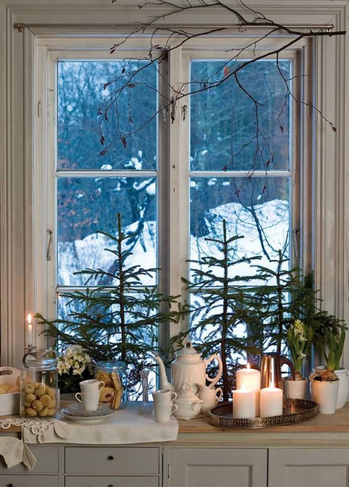 bougie-blanche-bougies-blanches-sur-un-plateau-près-de-la-fenêtre
