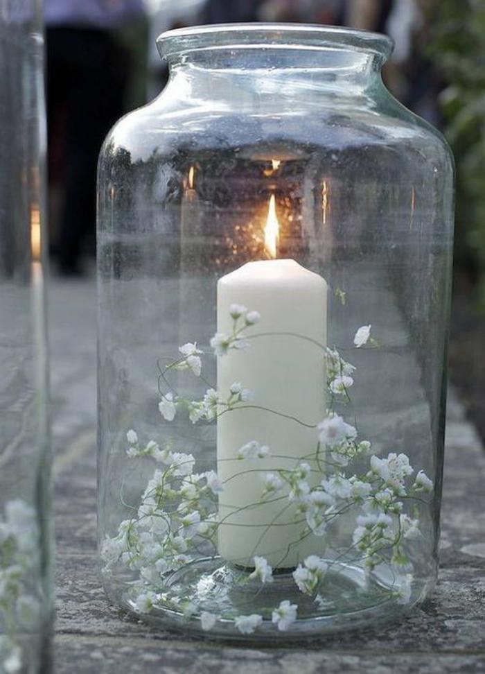 bougie-blanche-dans-un-grand-bocal-déco-avec-fleurs-blanchesl