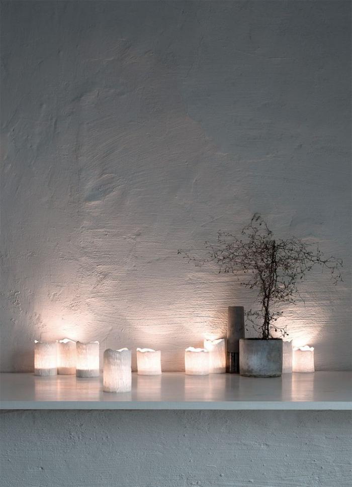 bougie-blanche-plusieurs-bougies-blanches-près-d'un-mur-blanc