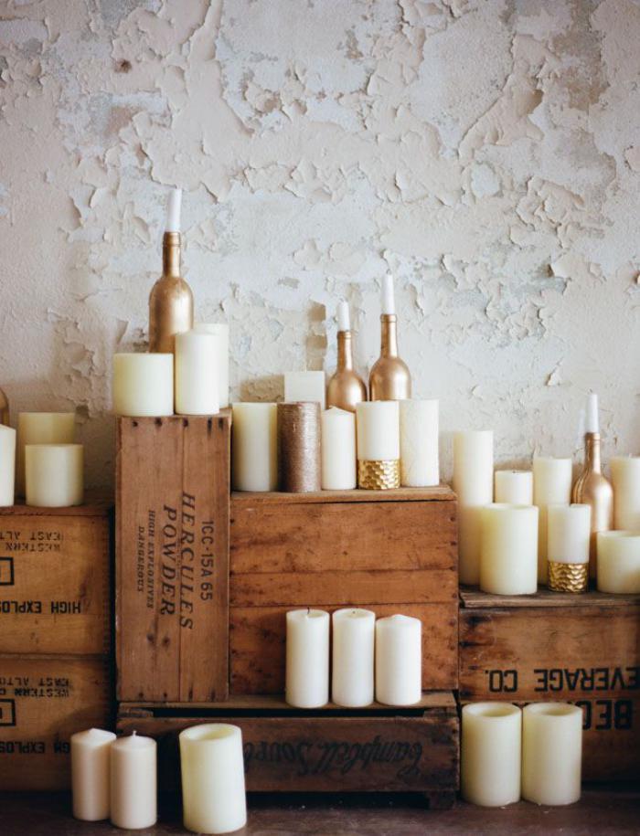 bougie-blanche-plusieurs-bougies-blanches-sur-des-caisses