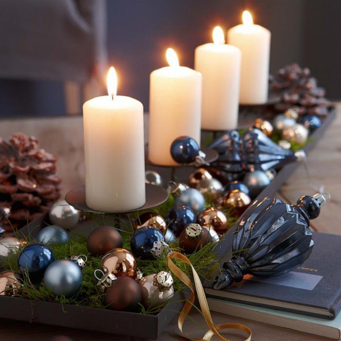 bougie-blanche-un-bougeoir-quatre-bougies-blanches-boules-de-Noel
