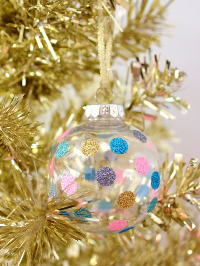 jolie decoration sapin de noel réalisée à la maison, diy ornement de sapin en plastique décoré avec dots en washi tape doré