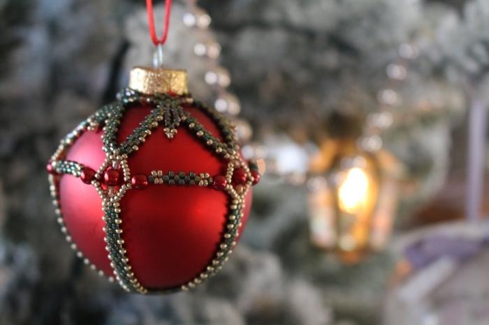 boule noel personnalisée avec perles rouges, exemple d'ornement de sapin DIY à peinture rouge décoré avec perles
