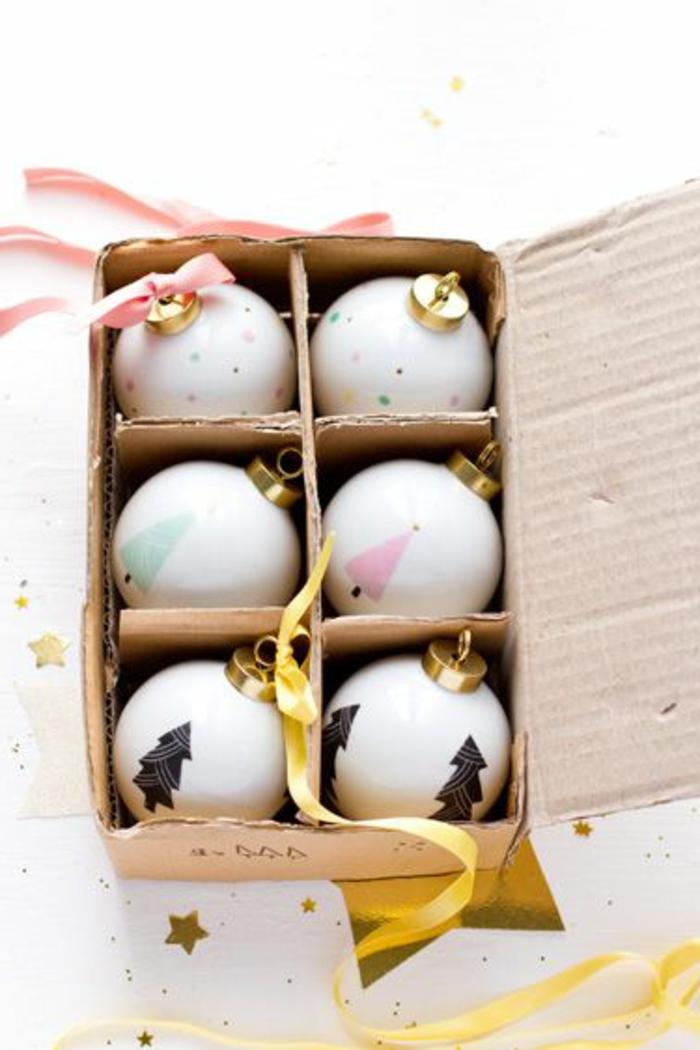 boules-de-noel-a-decorer-boule-de-Noël-blanches-avec-decoration-de-noel-comment-decorer-l-arbre-de-noel