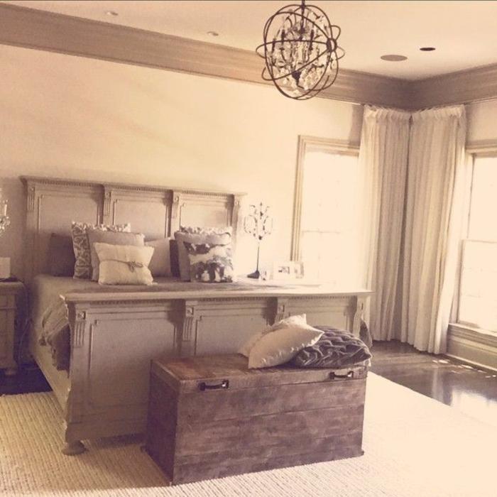 bout-de-lit-coffre-dans-la-chambre-a-coucher-baroque-lit-en-bois-gris-dans-la-chambre-a-coucher-baroque