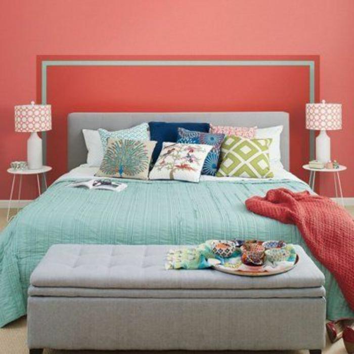 bout-de-lit-coffre-devant-le-lit-dans-la-chambre-a-coucher-moderne-avec-murs-roses