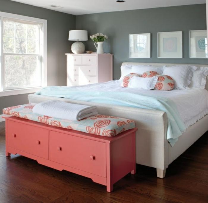 bout-de-lit-coffre-en-bois-bout-de-lit-rose-parquet-en-bois-foncé-dans-la-chambre-a-coucher
