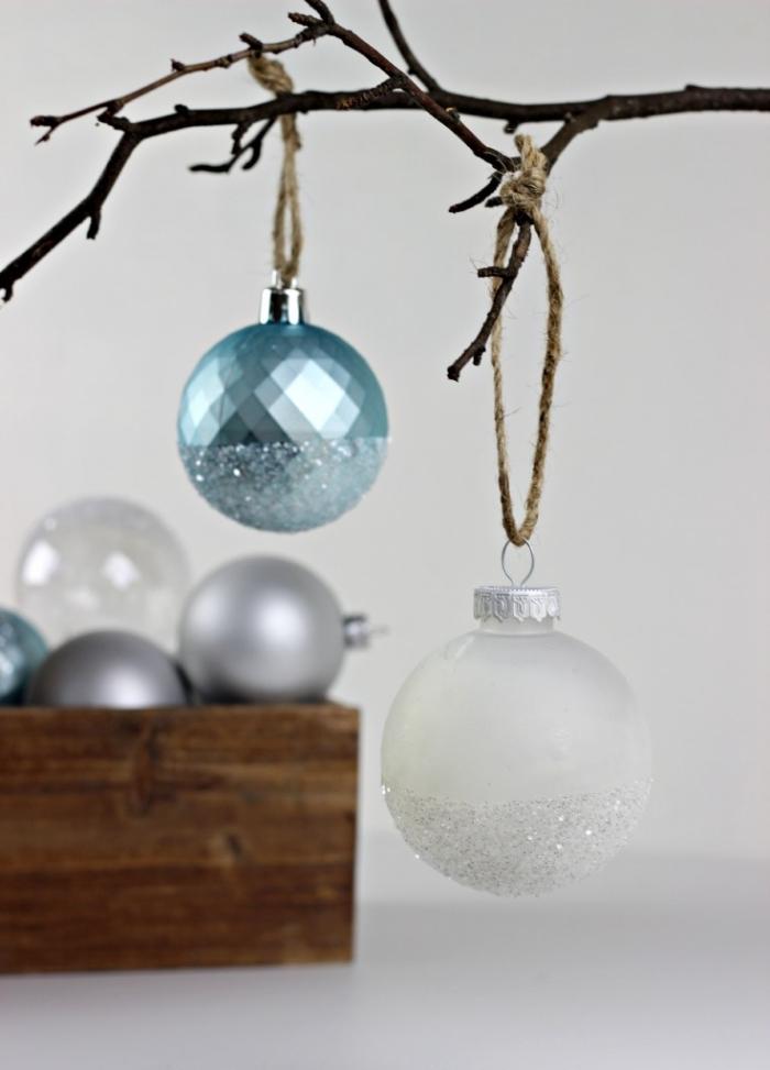 idée de deco noel fait main avec vieux ornements customisés, comment décorer une boule de sapin avec peinture glitter