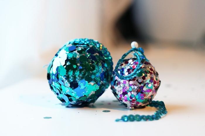 idée deco boule de noel facile avec paillettes et colle, diy boules de sapin décorées avec sequins de couleurs turquoise