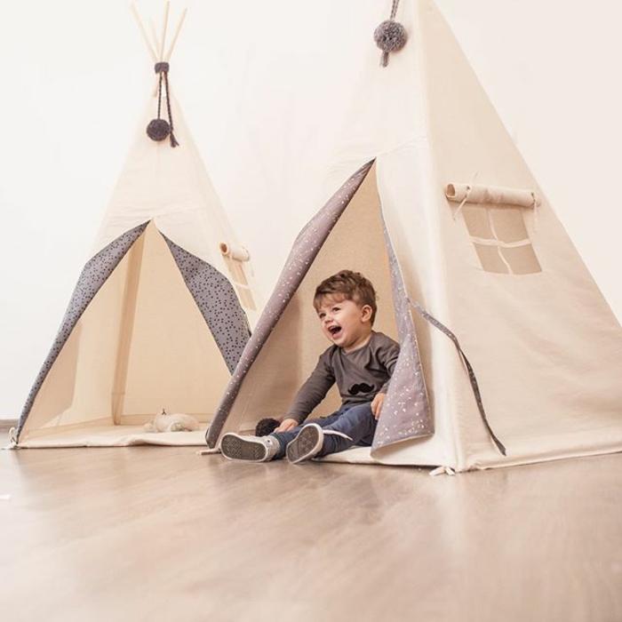 cabane-enfant-tente-enfant-jouer-dedans-dans-une-tente-beau-garçon-mignon