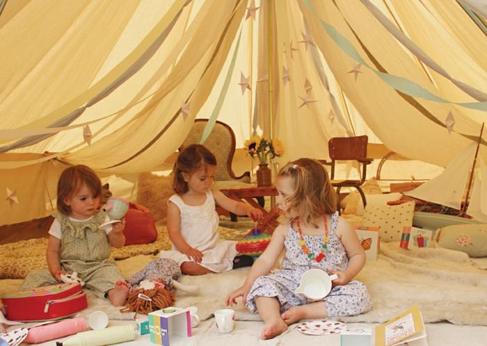 cabane-enfant-tente-enfant-jouer-dedans-dans-une-tente-belle-jouer