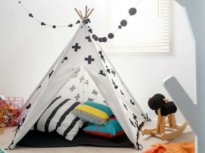 cabane-enfant-tente-enfant-jouer-dedans-dans-une-tente-blanc-et-noir