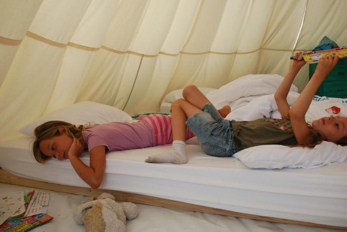 cabane-enfant-tente-enfant-jouer-dedans-dans-une-tente-dedans