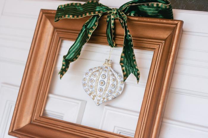 cadre photo décoré de peinture dorée avec ruban vert décoratif, decoration de noel argent boule de noel