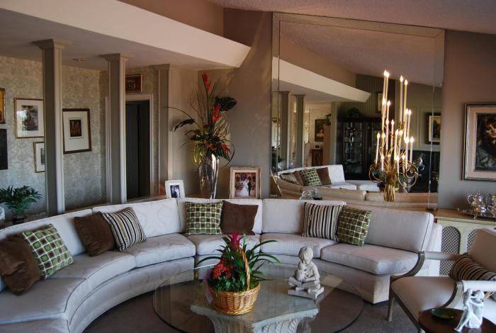 canapé-arrondi-décoration-avec-bougies-charmante-grand-miroir-et-table-en-verre