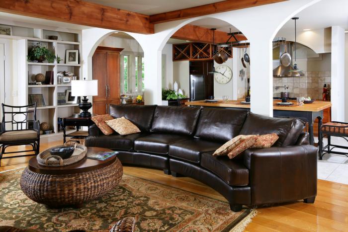 canapé-arrondi-sectionnel-en-cuir-intérieur-style-chalet