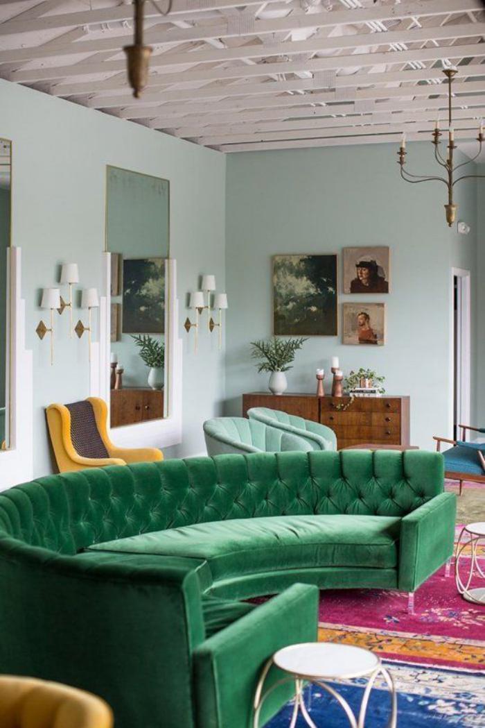 canapé-arrondi-vert-design-vintage-mid-century-tapis-multicolore