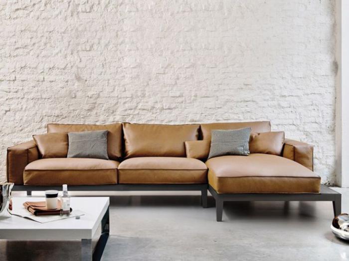 canapé-composable-cuir-encadrement-fer-et-mur-en-briques-blanches