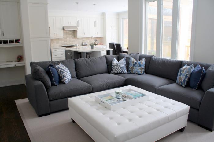 canapé-composable-gris-foncé-table-blanche-carrée