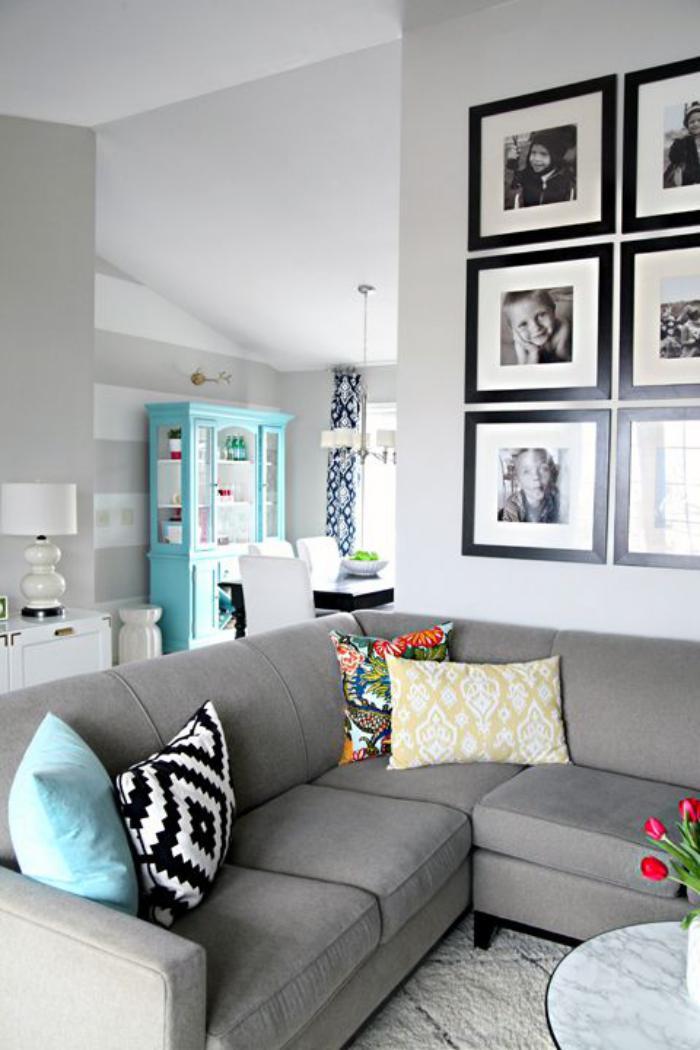 canapé-composable-intérieur-gris-photos-encadrés-au-mur