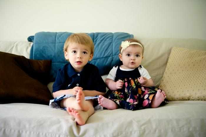 canapé-design-canape-confort-cuir-dans-la-maison-aux-enfants-mignons